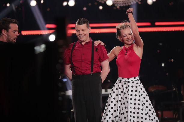 Hannes Suominen ja Kia Lehmuskoski olivat riemuissaan tanssinsa jälkeen.