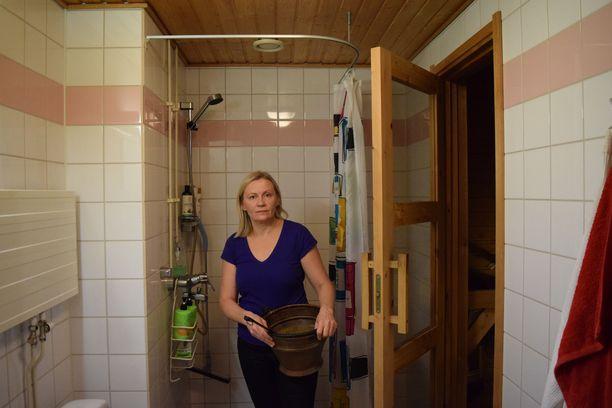 –Suvilahdenkadun huoneistoissa suoritettiin kosteusmittauksia syyskuun 2019 alussa, mutta mittaustuloksia ei asukkaille kerrottu. Kyllä tämä ihmetyttää, sillä eihän ihmisiä irtisanota putkiremonttienkaan vuoksi, Sirpa Stoor sanoo.