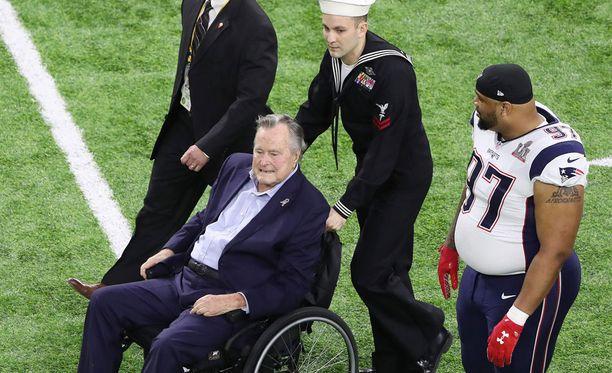 Entinen presidentti Bush saapui loppuotteluun pyörätuolissa.