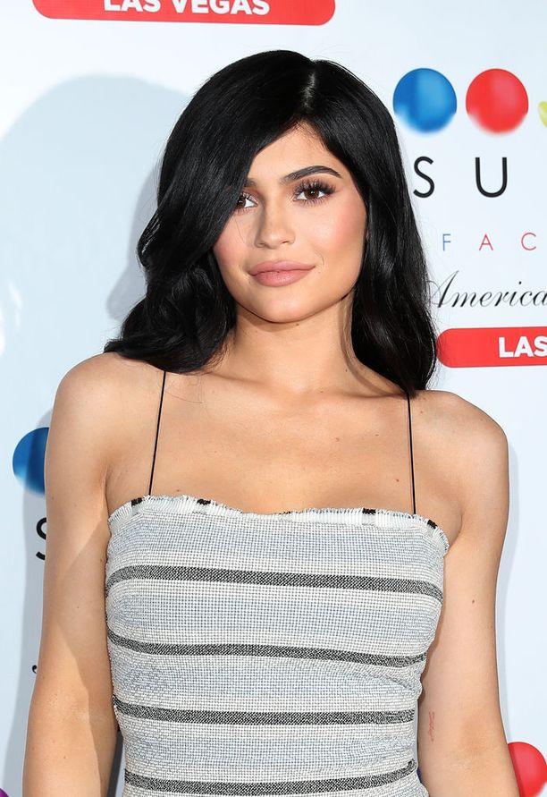 Kardashianin perheeseen kuuluva Kylie Jenner on luopunut kanteestaan veljensä ex-kihlattua Blac Chynaa vastaan, kertoo Us Weekly.