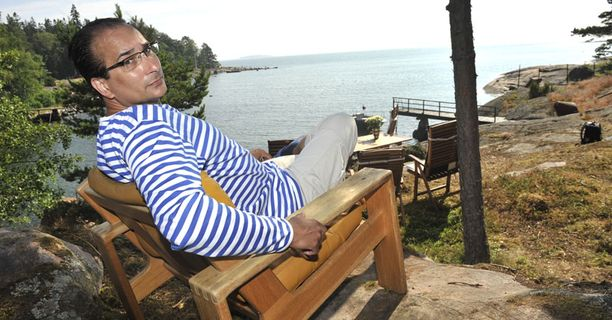 Heikki Lampelan mukaan paras hetki päivässä on, kun hän istahtaa kesäpaikassaan aamukahville ja katselee avomerelle.