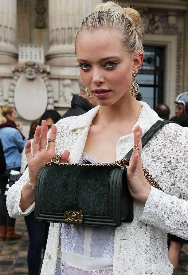Malli Tanya Dziahileva ja vihreä, kaninkarvainen versio Chanelin Boy-laukusta.