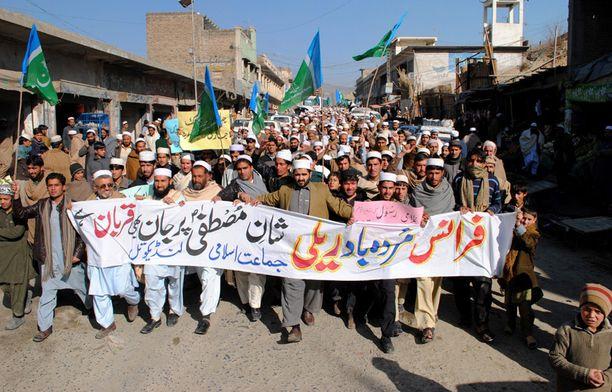 Islamistipuolue Jamaat-i-Islamin kannattajat julistivat Landikotalissa kuolemaa Ranskalle.
