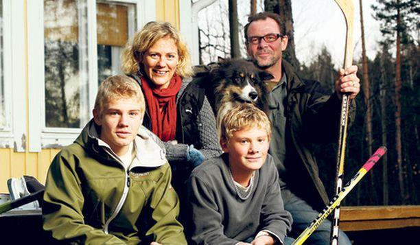 Bettina Sågbom, aviomies Tomas Ek sekä pojat Davy, 15 ja Lee, 12 odottavat malttamattomina Bodominjärven jäätymistä ja jääkiekkomatseja.