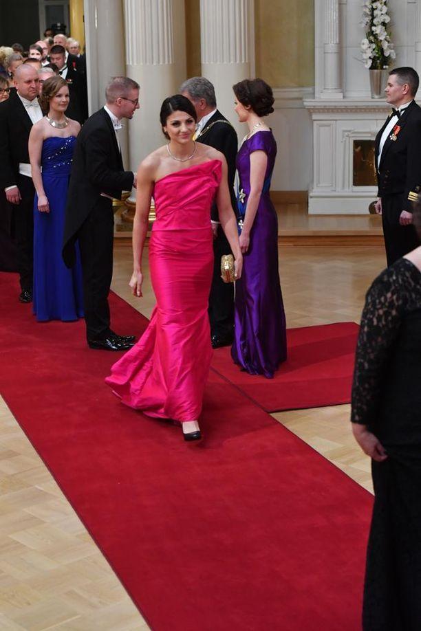 14,4 % Nooralotta Neziri kiri kuningataräänestyksen kakkoseksi purppuranpunaisessa yksiolkaimisessa puvussaan.