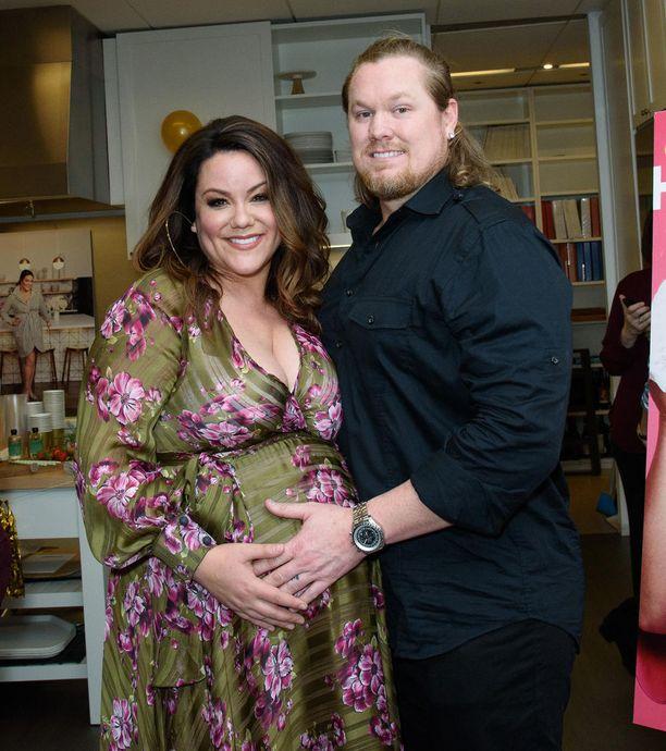 Katy Mixon, 37, ja Breaux Greer, 41, saivat toisen lapsensa toukokuussa. Kuva helmikuulta.