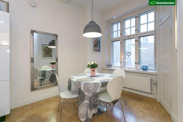 Yksi vanhan kerrostaloasunnon katseenvangitsoijoita ovat näyttävät ikkunat. Tämä asunto sijaitsee vuonna 1912 rakennetussa kerrostalossa Helsingin Kruunuhaassa.