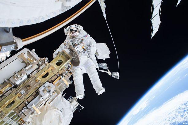 Avaruuskävely on äärimmäisen raskasta. Sen aikana tehdään erittäin vaativia huoltotöitä.