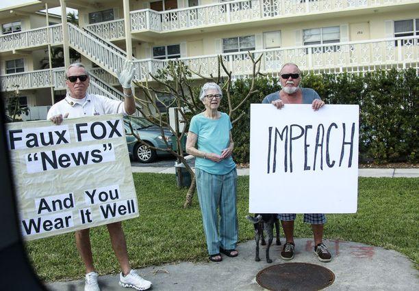 Trumpin vastustajat syyttivät Foxia valeuutiskanavaksi ja toivoivat presidentille virkasyytettä Floridassa uudenvuodenpäivänä.