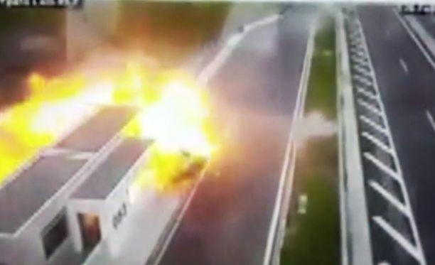 Autot syttyivät törmäyksestä palamaan räjähdysmäisesti.