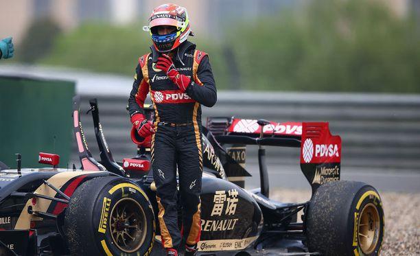 Pastor Maldonado ja tuttu näky. Lotus on karauttanut ulos radalta.