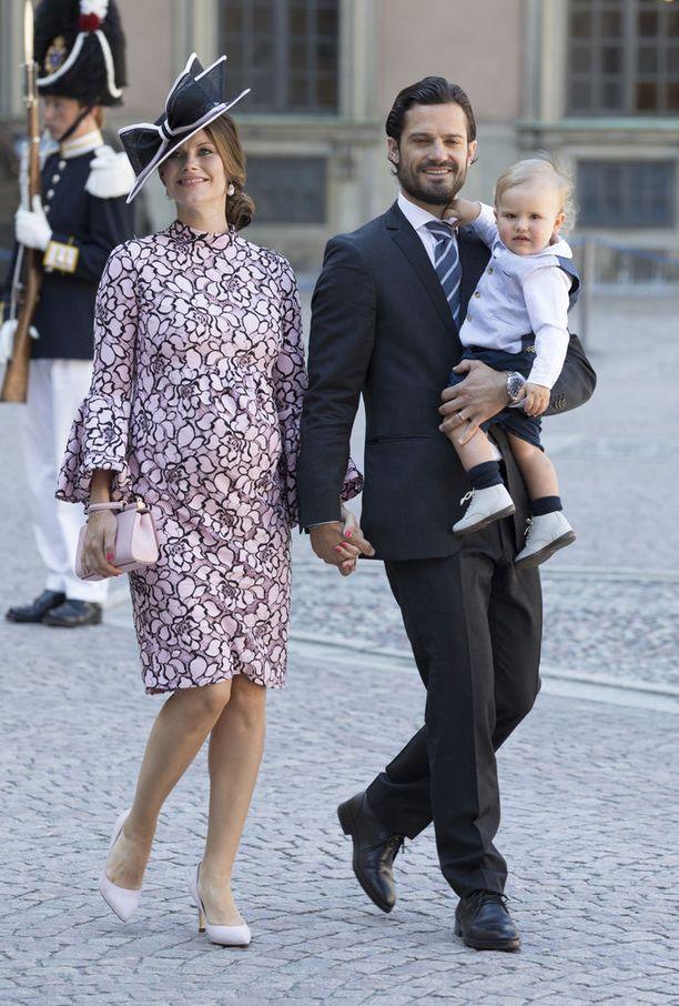 Ruotsin prinssi Carl Philip yhdessä vaimonsa Sofian kanssa. Carl Philipin sylissä esikoispoika Alexander Erik Hubertus Bertil. Alexander on pikkusisarustaan vain vuoden vanhempi.