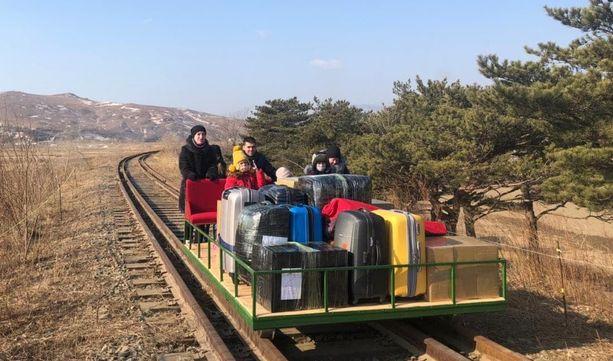 Kotimatkan viimeiselle etapille pohjoiskorealaiset antoivat käyttöön työnnettävän resiinan.