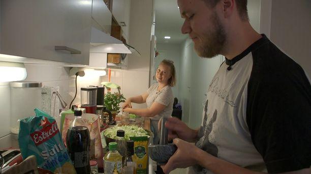 Ensitreffit alttarilla -ohjelmassa avioituneet Vesa ja Sini tuntevat kiinnostusta toisiaan kohtaan.