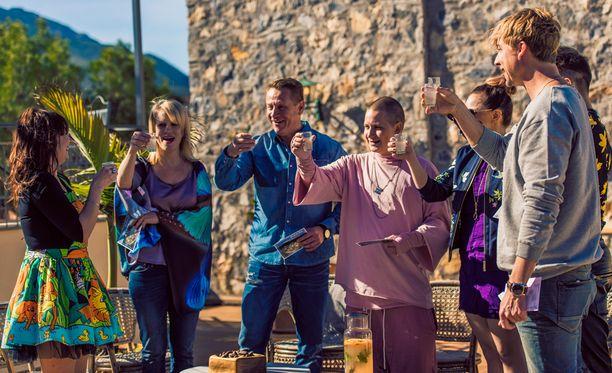 Artistit nostivat maljat Irinan päivän kunniaksi.