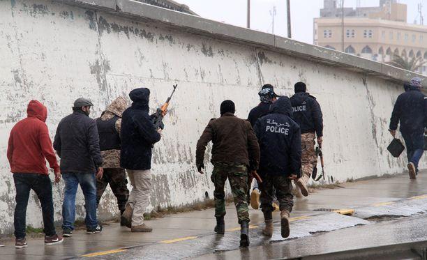 Poliisi valmistautui rynnäkköön Corinthia-hotellin lähistöllä.