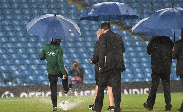 """""""Eipä tuo hirveästi pompi"""", joutuivat Uefan ottelutoimitsijat toteamaan Etihadilla."""