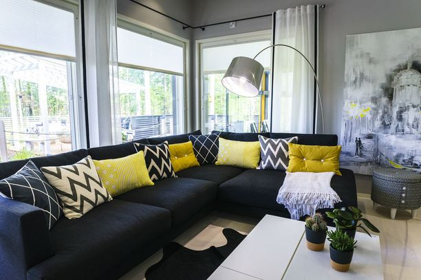 Asuntomessukohde 1. Olohuoneen ikkunat aukeavat kahteen ilmansuuntaan.