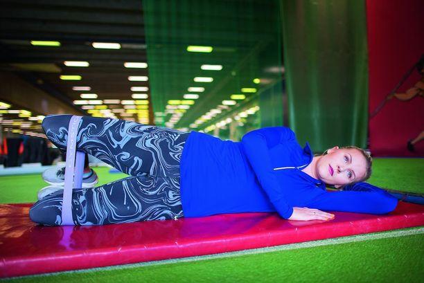 Kolmiloikkaaja Kristiina Mäkelä näyttää Ilona & hyvä olo -lehdessä oman pakaratreeninsä. Hänelle tärkeintä ei ole peilikuva, vaan lihasten liikkuvuus ja vahvuus.