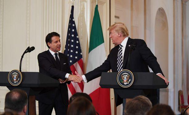"""Politiikan erikoisjulkaisu Politico kirjoitti maanantain tapaamisesta, että """"Trump on kuin cheerleaderi Italian hallitukselle"""". Lisäksi monet viestimet kiinnittivät huomiota siihen, että Trump hehkutti Conten """"suurta vaalivoittoa"""", vaikka Conte nousi pääministeriksi kahden vaaleissa eniten ääniä keränneen ryhmittymän kompromissiratkaisuna."""