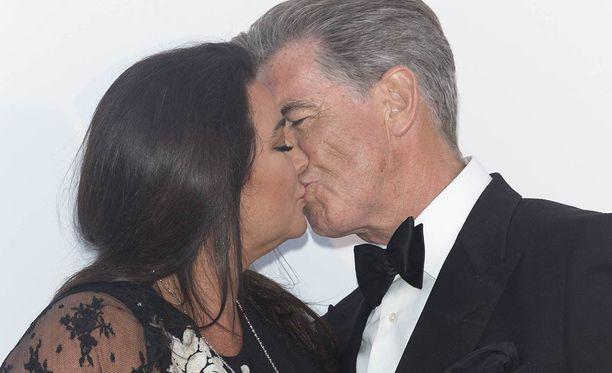 Brosnan ja Shaye Smith intoutuivat suutelemaan punaisella matolla tänäkin kesänä.