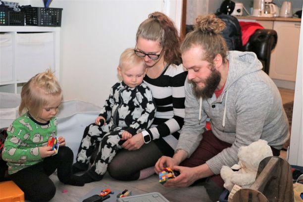 Perheen yhteinen leikkihetki, vasemmalta Sulo, Väinö, Fanni ja Niki Salonen.