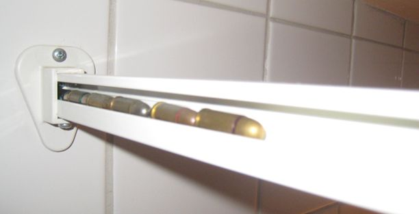 Patruunat oli piilotettu suihkuverhon kiskon sisään.