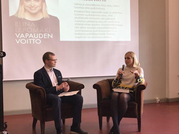 Kokoomuskansanedustaja Elina Lepomäki haastateltavana Vapauden voitto -kirjansa (Otava) julkistamistilaisuudessa torstaina.