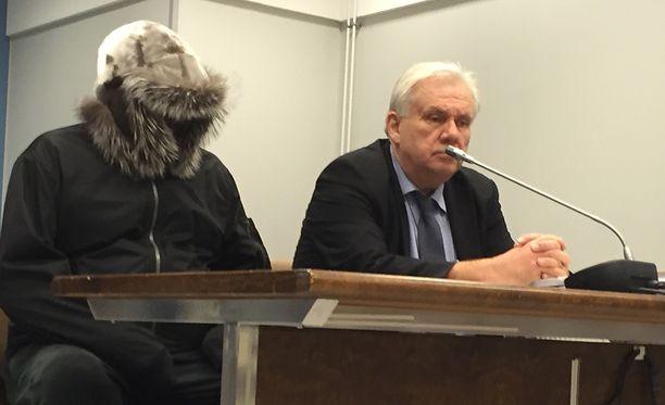Sarjahukuttaja Pekka Seppänen istui oikeudessa paksussa karvalakissa.
