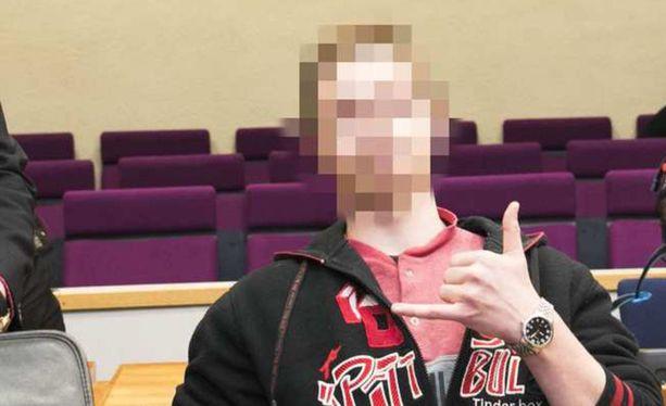 Vuonna 2000 syntynyt syytetty näytti käsimerkkiä Pirkanmaan käräjäoikeudessa viime vuoden joulukuussa.