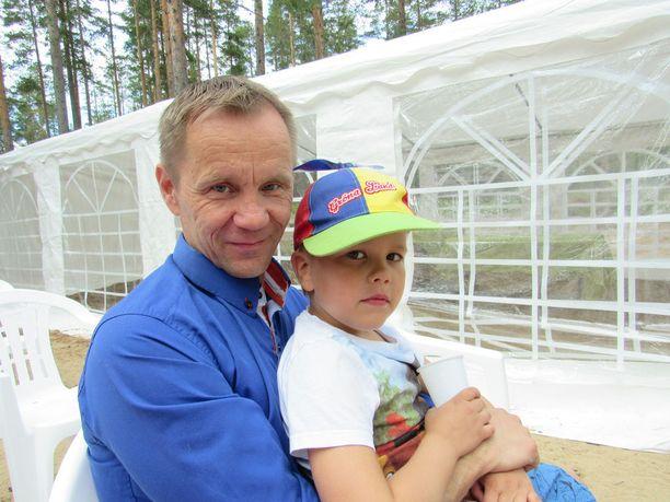 Niikko kertoo haluavansa olla omille lapsilleen läsnä. Sylissä 6-vuotias kuopus Viljami.