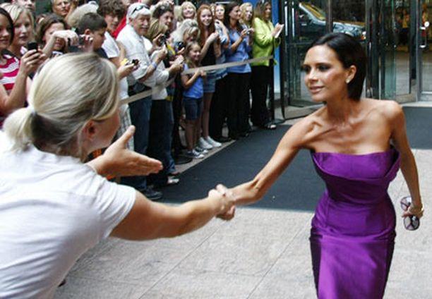 Hätkähdyttävän hoikka ja hyväntuulinen Victoria kätteli faneja poistuessaan Idolin koelauluista Denverissä ensimmäisenä työpäivänään tv-formaatin tuomarina.