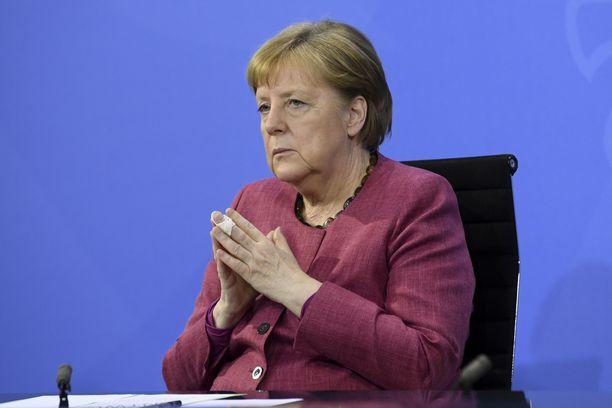 """Saksan liittokanslerin Angela Merkelin """"avointen ovien politiikka"""" vaikutti vuoden 2015 pakolaiskriisin aikana koko Euroopan pakolaistilanteeseen."""