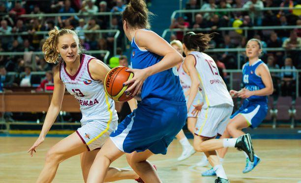 Pituudesta on hyötyä koripallossa. Syöpäriskiä se kuitenkin saattaa kasvattaa.