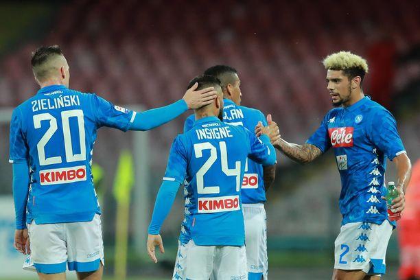 Lorenzo Insigne ja kumppanit juhlivat 2-0-voittoa Sassuolosta.