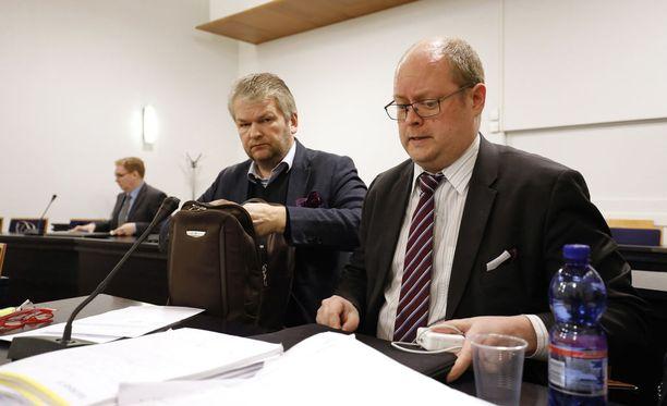 Jukka Niemisen (vasemmalla) vankeusrangaistus lieveni hovioikeudessa vuodella.