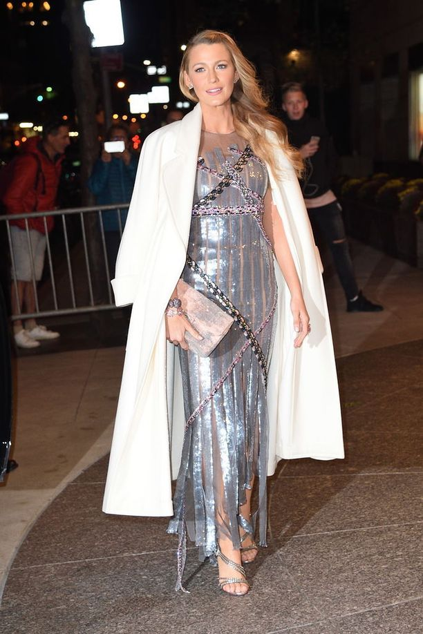 Illalla Blake edusti vielä säihkyvässä, hopeisessa iltapuvussa. Valkoinen pitkä takki viimeistelee juhlatyylin.