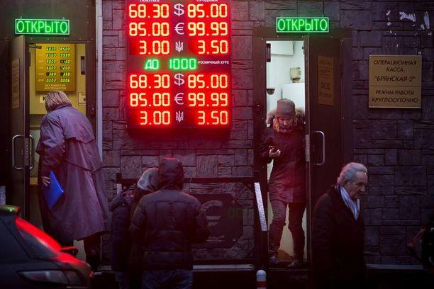 Moskovalaiset vaihtoivat ruplia muihin valuuttoihin tiistaina, vaikka venäläiskanavilla kehotettiin kansalaisia välttämään paniikkimielialaa.