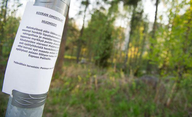 Koirien omistajat laittavat usein asuinalueille ja puistoihin ilmoituksia, jos epäilyjä koirille tarkoitetuista myrkkypaloista on. Kuvituskuva.
