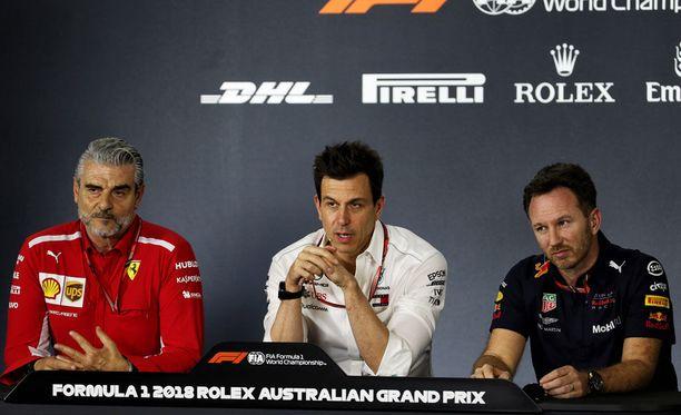 Maurizio Arrivabene (vasemmalla), Toto Wolff (keskellä) ja Christian Horner kävivät perjantaina pitkän keskustelun F1:n tulevaisuudesta.