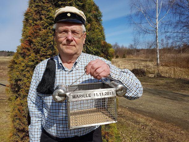 Ex-teekkari, yrittäjä Timo Honkanen teki parissa viikossa 1966 vielä tänäkin päivänä käytössä olevan Tampereen teekkareiden kastekorin, jolla fuksit saavat kasteen Tammerkoskeen aina 1. toukokuuta.