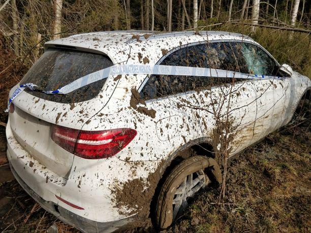 Poliisin takaa-ajama auto mäjähti metsään niin, että rapa roiskui.