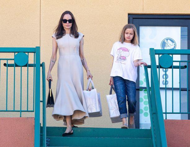 Äiti ja tytär ostoksilla.