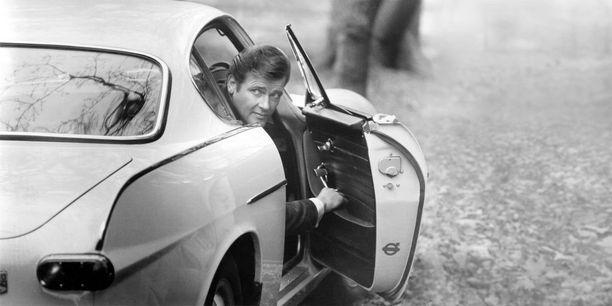 Simon Templar kurkistaa autostaan.