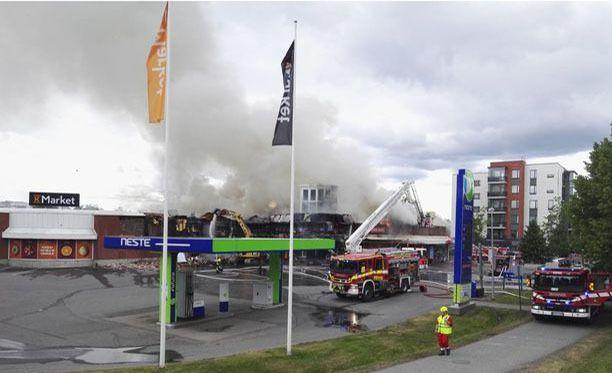 Ostoskeskus tuhoutui palossa lähes täysin.