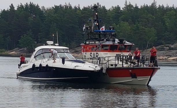 Suuri, noin 15-metrinen moottorivene ajoi pienemmän, pulpettiveneen tyyppisen avoveneen yli Nauvon pohjoispuolella.