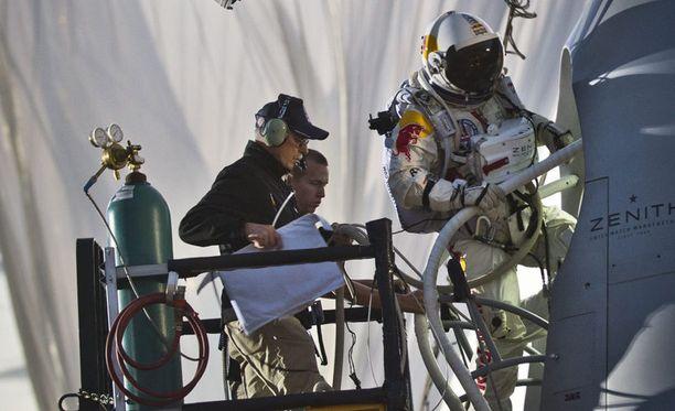 Avaruuspukuun sonnustautunut hurjapää nousi korkeuksiin jättiläismäisen heliumpallon varassa.