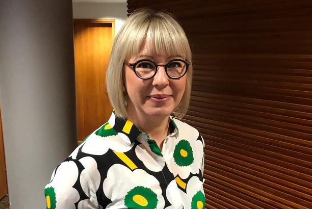 Sosiaali- ja terveysministeri Aino-Kaisa Pekonen (vas) on kolmannen kauden kansanedustaja Riihimäeltä.
