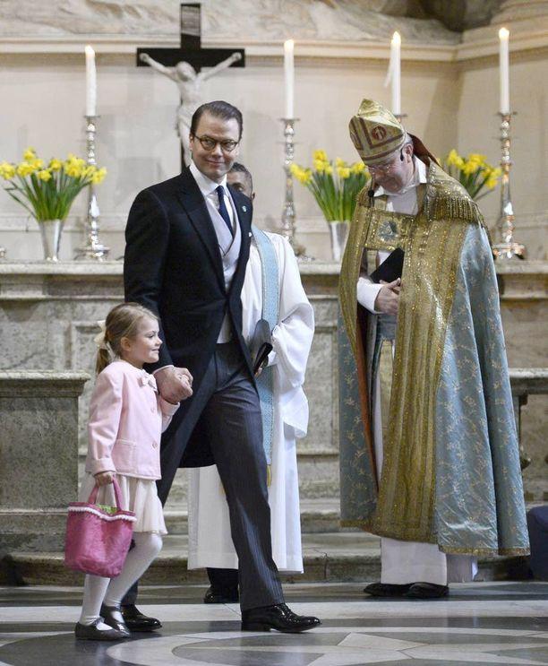 Torstaina isä Daniel osallistui Estellen kanssa pikkuprinssin syntymän kiitokseksi järjestettyyn jumalanpalvelukseen.
