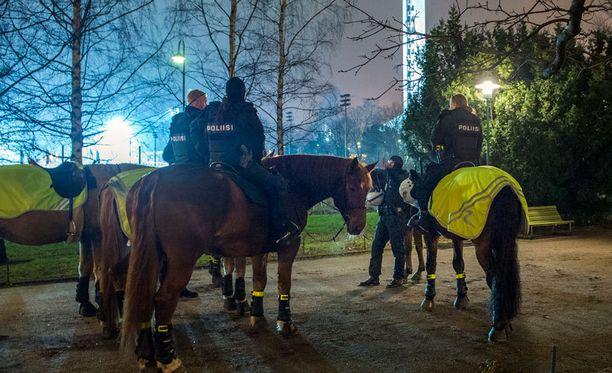 Poliisi pitää Soneran edustalla jöötä muun muassa ratsuyksiköin. Kahakalta ei silti täysin vältytty.